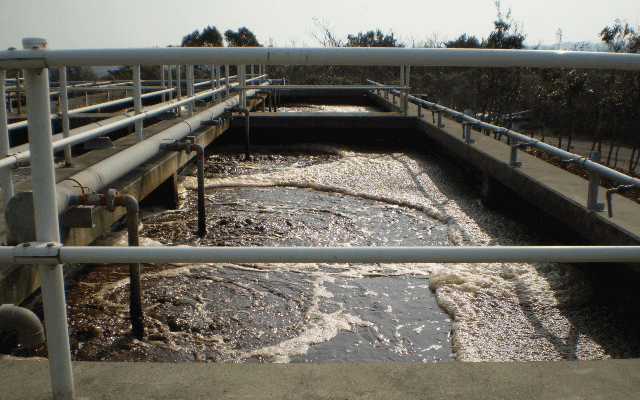 Simplified water treatment tank facility